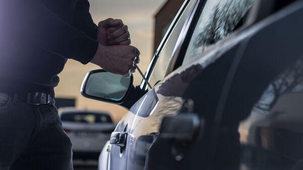 Мужчина пытается открыть автомобиль. Архивное фото