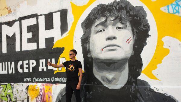 Портрет на стене Цоя на Старом Арбате в Москве