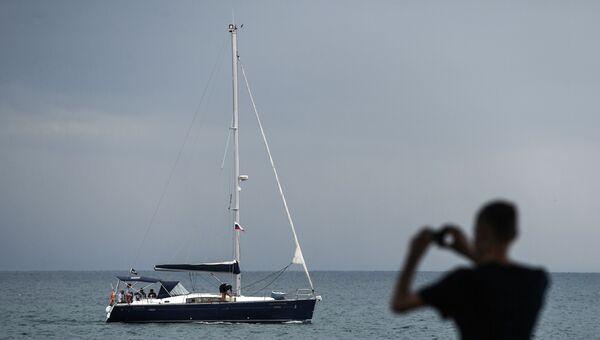 Яхта у берегов Крыма