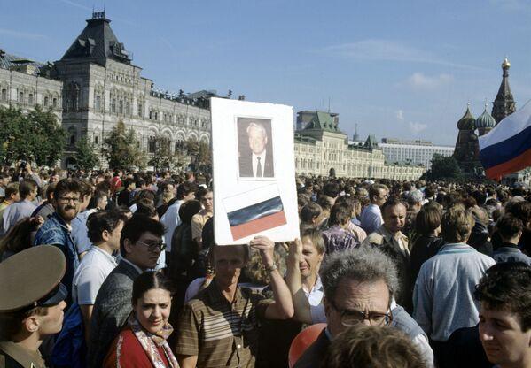 Тысячи москвичей пришли на митинг, посвященный победе демократии, на Красную площадь.