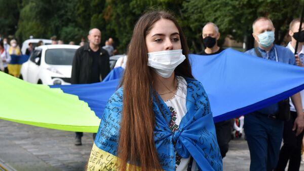 Девушка с флагом Украины на улице Киева