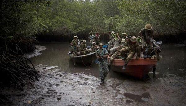 Второй вид - неорганизованные группировки рыбаков, действующие в заливе и территориальных водах Нигерии. Группы нападают на проходящие суда спонтанно, действуют непредсказуемо. Часто группы объединяются и нападают силами нескольких быстроходных рыбацких лодок или используют тактику засады. Члены группировок хорошо знают морское дело, потому представляют опасность для морского судоходства. Вооружены стрелковым автоматическим оружием, пулеметами, гранатометами и холодным оружием (ножами, мачете).