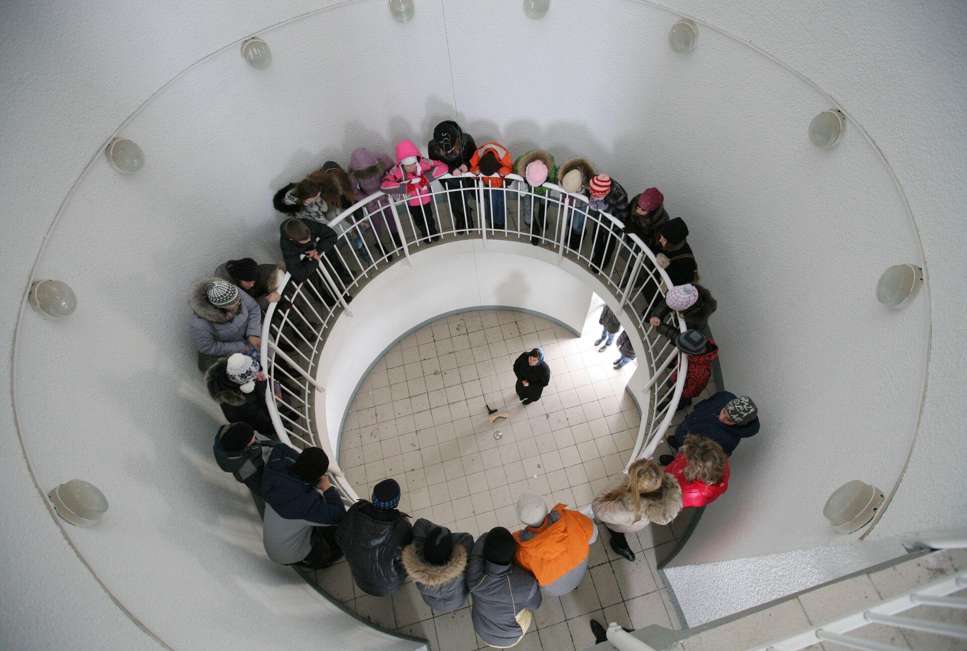 Школьники в башне Фуко во время экскурсии в детско-юношеском центре Планетарий в Новосибирске. - РИА Новости, 1920, 11.08.2021