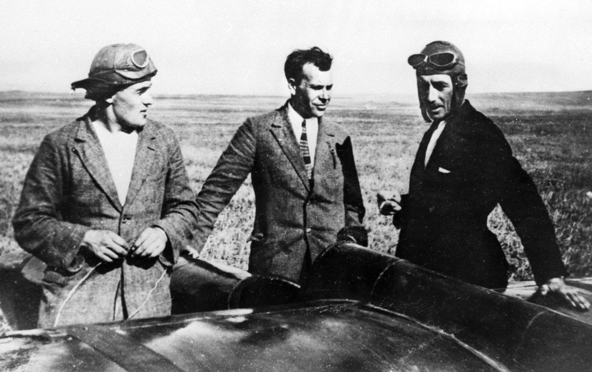 Сергей Королев (в центре), Сергей Люшин (слева) и Константин Арцеулов (справа) возле планера Коктебель. - РИА Новости, 1920, 11.08.2021