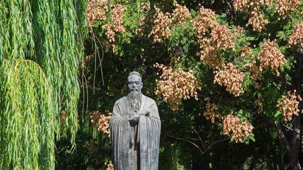 Памятник Конфуцию на территории научно-исследовательского института Конфуция в городе Цюйфу округа Цзинин провинции Шаньдун в КНР.