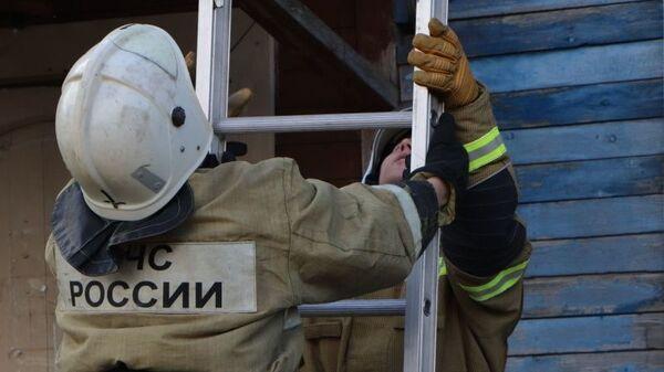 Спасатели с пожарной лестницей