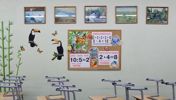 Пустой учебный класс в школе. Архивное фото