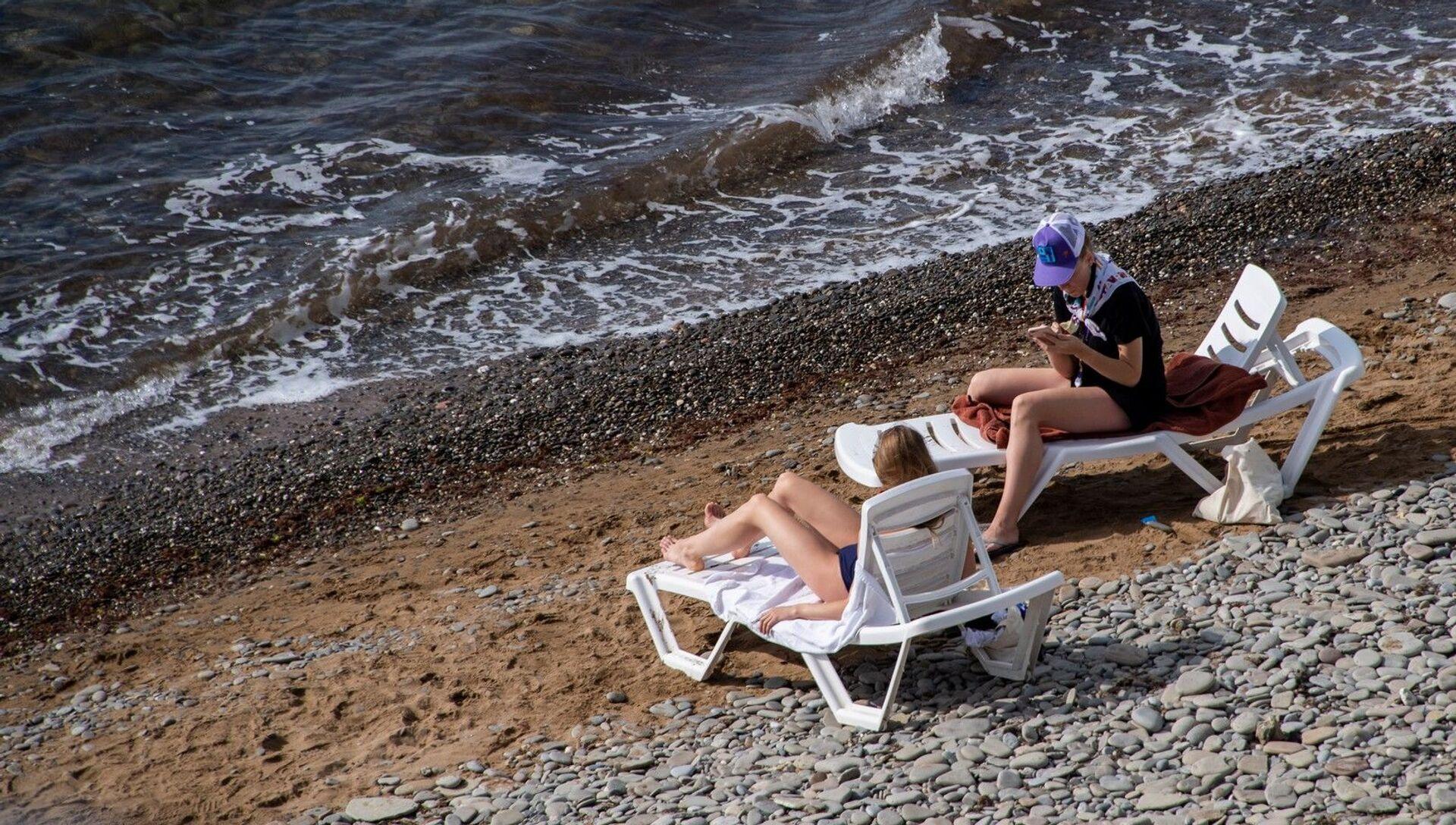 Пляж, курортники отдыхающие шезлонги туристы межсезонье бархатный сезон осень весна - РИА Новости, 1920, 22.12.2020