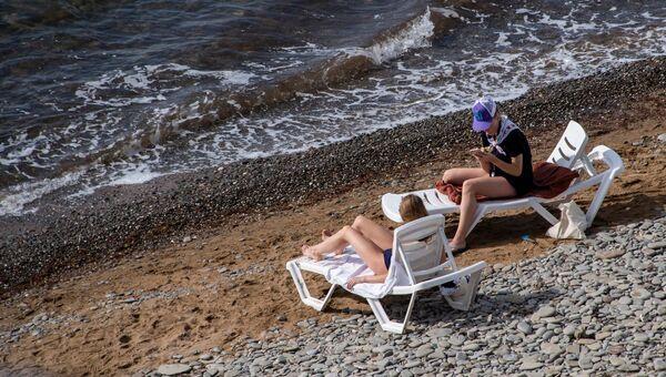Пляж, курортники отдыхающие шезлонги туристы межсезонье бархатный сезон осень весна