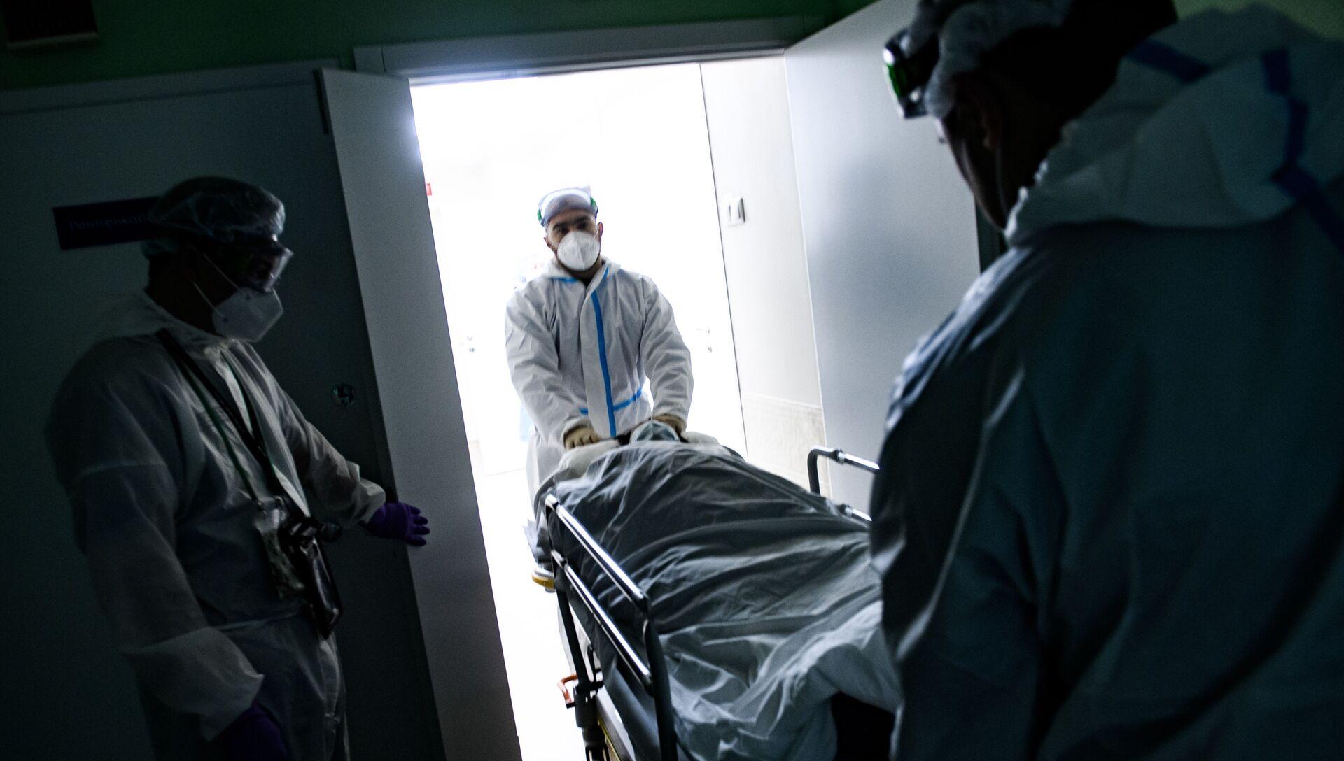 Медицинские работники оказывают помощь пациенту с COVID-19 - РИА Новости, 1920, 07.11.2020