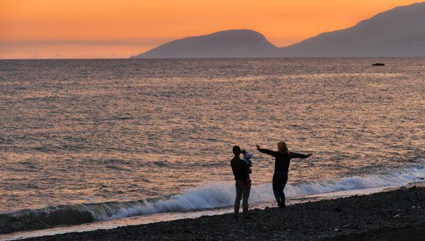 Люди гуляют по побережью Черного моря