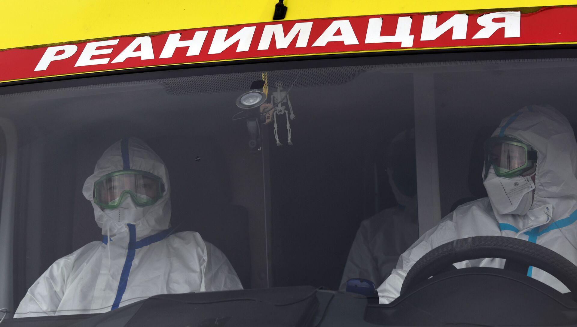 Медицинские работники в автомобиле реанимации - РИА Новости, 1920, 09.11.2020