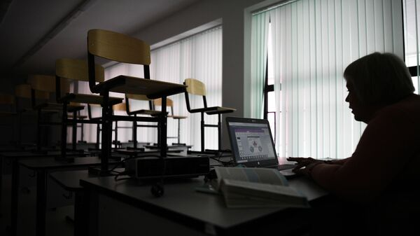 Учительница во время онлайн-урока в одной из школ Москвы