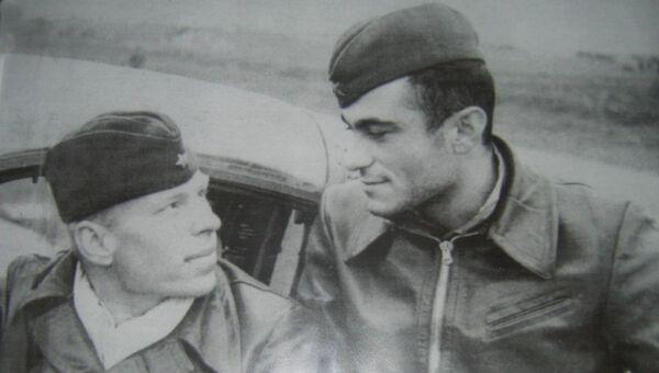 Амет-Хан Султан со своим другом, дважды Героем Советского Союза Алексеем Алелюхиным.