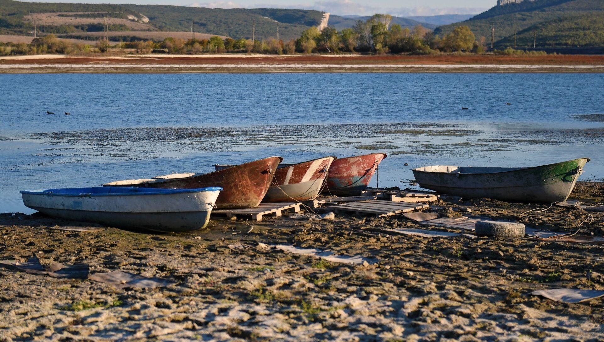 Лодки на берегу Бахчисарайского водохранилища - РИА Новости, 1920, 26.12.2020