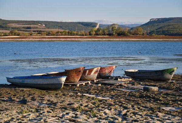 Лодки на берегу Бахчисарайского водохранилища