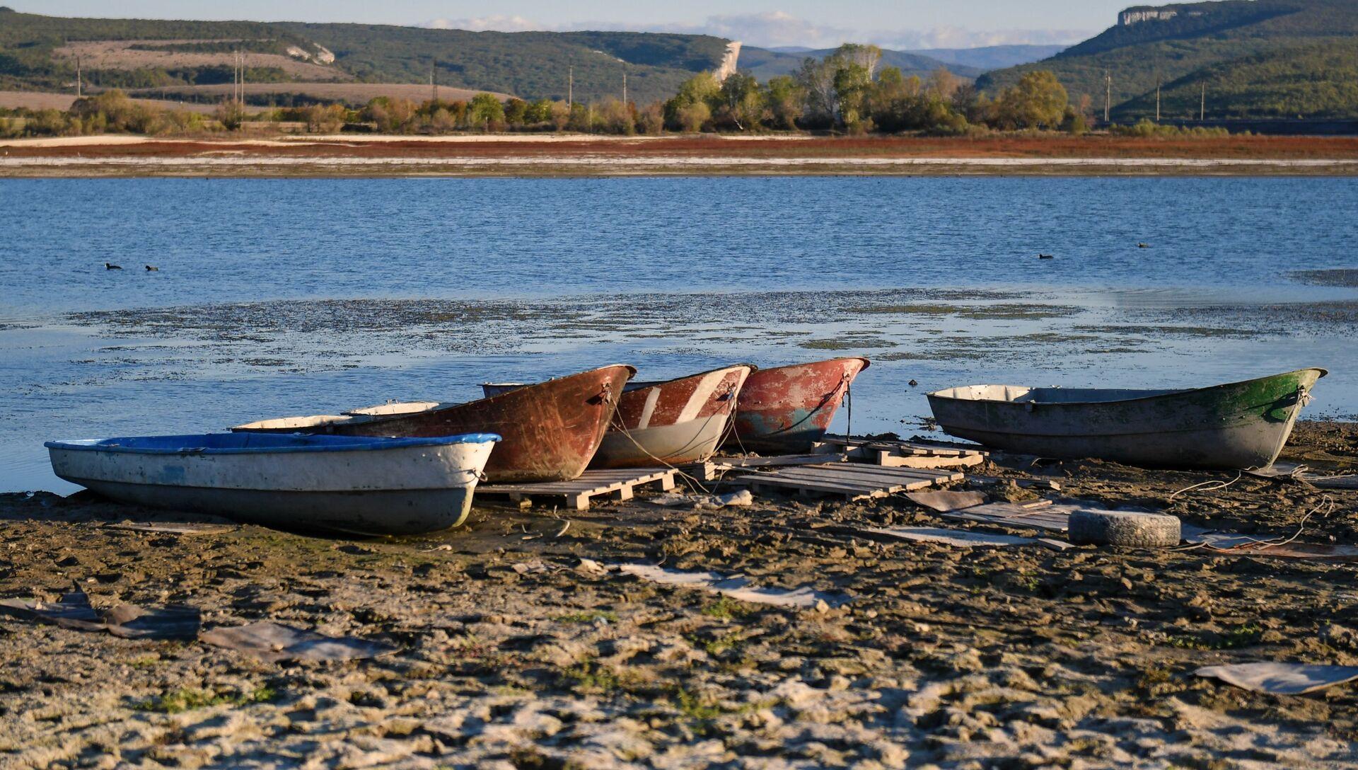 Лодки на берегу Бахчисарайского водохранилища - РИА Новости, 1920, 01.12.2020