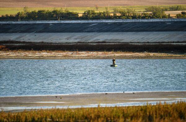 Мужчина катается на лодке на Бахчисарайском водохранилище