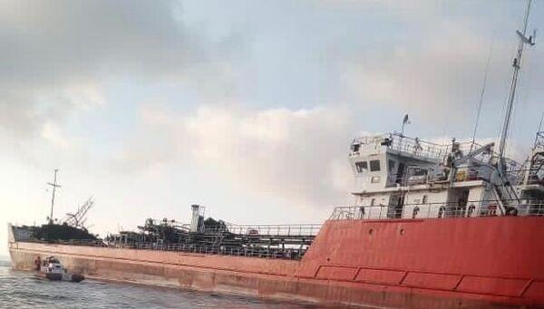 Поврежденный и накренившийся танкер Генерал Ази Асланов