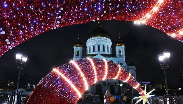 Новогодние украшения на Патриаршем мосту в Москве. На дальнем плане: храм Христа Спасителя.