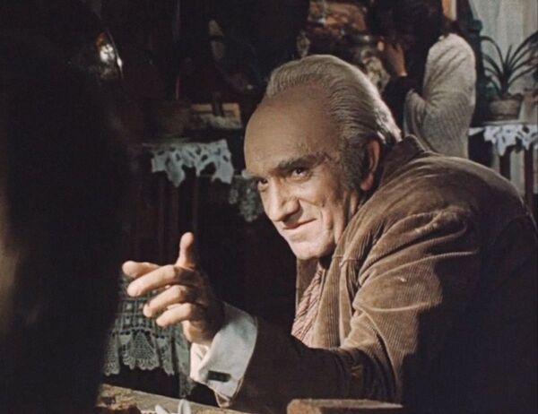 Армен Джигарханян в роли Горбатого в  советском пятисерийном телевизионном фильме Место встречи изменить нельзя (1979)