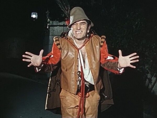 Армен Джигарханян в роли Тристана в советском двухсерийном музыкальном художественном телефильме Собака на сене (1977)