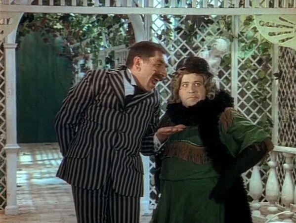 Актеры Армен Джигарханян в роли судьи Кригса и Александр Калягин в роли Бабса Баберлея в советском двухсерийном художественном телефильме Здравствуйте, я ваша тётя! (1975).