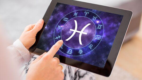Изображения знаков зодиака на планшете