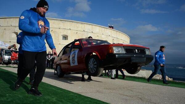 Силачи в Севастополе тягали 7-тонный погрузчик и носили машины