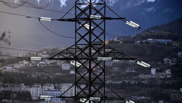 Высоковольтная линия электропередачи возле Ялты в Крыму