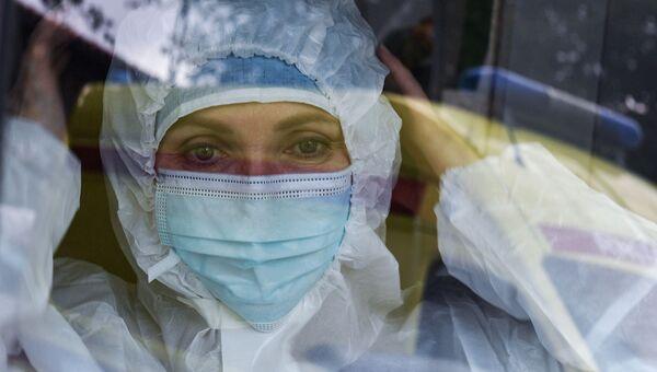 Фельдшер Крымского Республиканского центра медицины катастроф и скорой медицинской помощи во время работы. Съемка через стекло