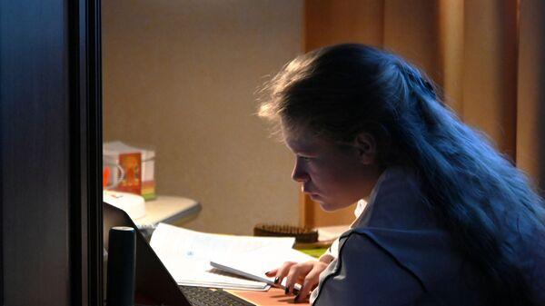 Девочка во время онлайн-занятия у себя дома в Москве
