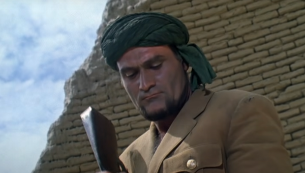 Кахи Кавсадзе в роли Абдуллы. Кадр из фильма Белое солнце пустыни