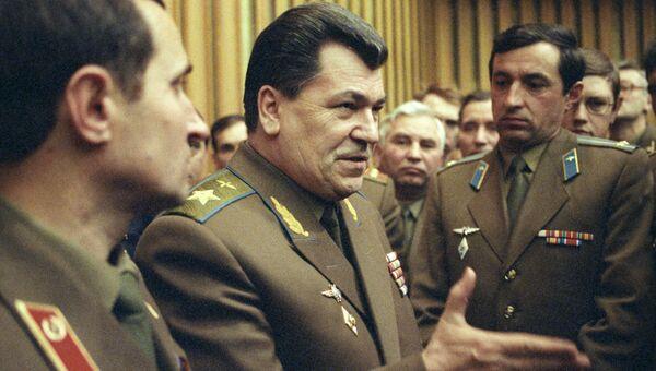 Евгений Иванович Шапошников (в центре) главнокомандующий Вооруженными Силами СНГ, маршал авиации