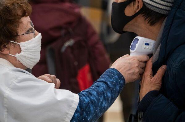 Посетителям клиники на входе измеряют температуру