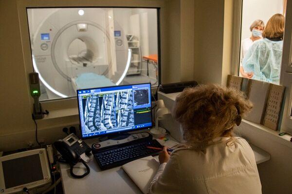 В кабинете магнито-резонансной томографии