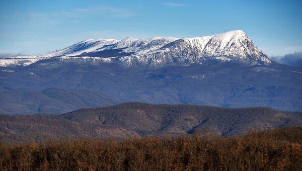 Снег на верхнем плато горы Чатырдаг
