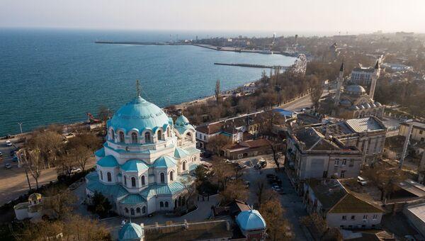 Собор Святителя Николая Чудотворца и мечеть Джума-Джами в Евпатории.