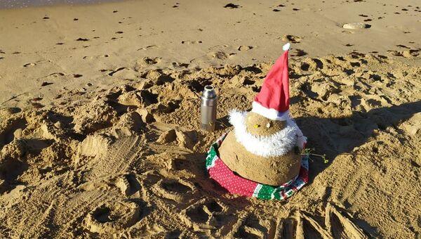 Снеговик из песка на пляже