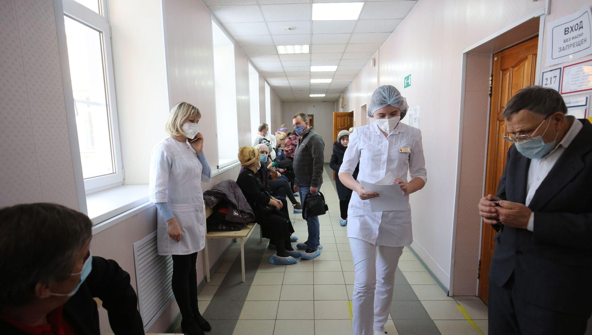 Пациенты у процедурного кабинета перед прививкой от коронавируса вакциной Спутник-V (Гам-КОВИД-Вак) в районной больнице - РИА Новости, 1920, 18.02.2021