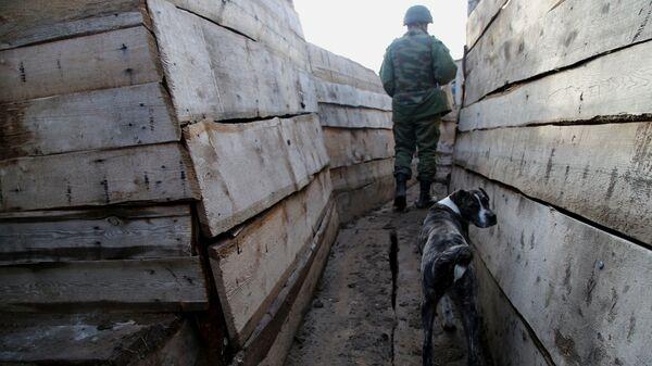Военнослужащий Народной милиции ДНР в окопе в Новоазовском районе у села Саханка вблизи линии соприкосновения в южной части ДНР
