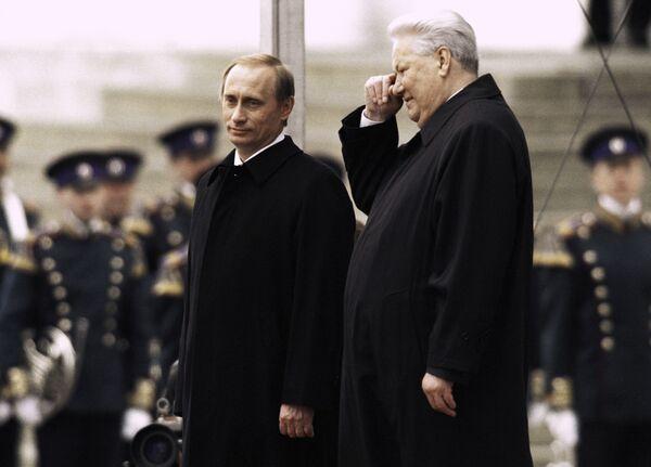Президент РФ Владимир Путин (слева) и первый Президент РФ Борис Ельцин (справа) стоят на Красном крыльце в день инаугурации В. Путина.