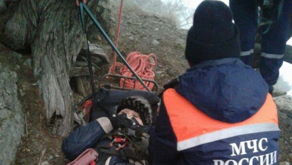 Крымские спасатели оказали помощь женщине, получившей травму во время прогулки по горе Караул-Оба
