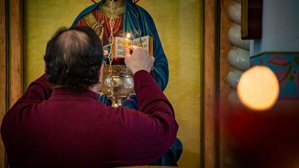 Священник в православном храме