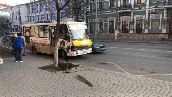 В центре Симферополя автобус въехал в остановку: женщина в больнице