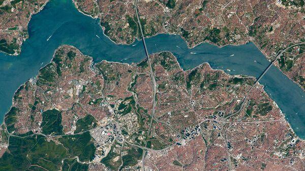 Вид сверху на мосты через пролив Босфор