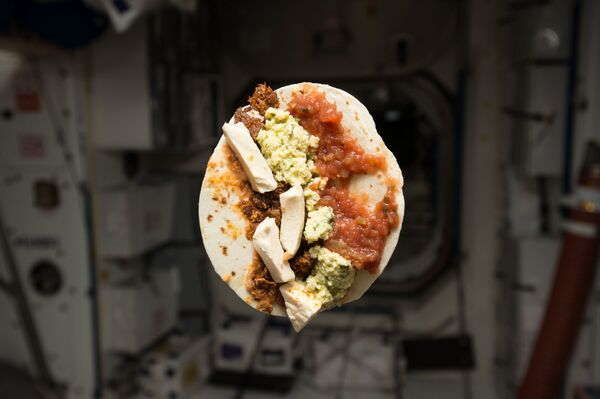 Завтрак американского астронавта Тимоти Леннарта Копры на МКС