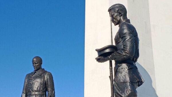 Под монументом Родины-матери расположены фигуры братьев, которых развела Гражданская война, - красноармейца и белогвардейца.