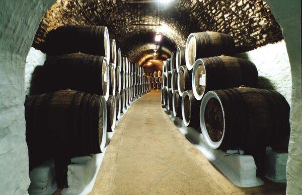 Старинные подвалы завод выдержки марочных вин и разлива Архадарессе Солнечной Долины (с. Миндальное, Крым)