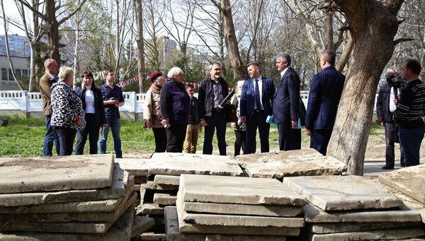 Детские площадки и парковки: как обустраивают дворы в Симферополе